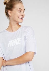 Nike Performance - DRY OVERSIZED - T-shirt con stampa - lavender mist/white - 3