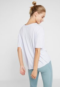 Nike Performance - DRY OVERSIZED - T-shirt con stampa - lavender mist/white - 2