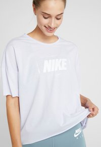 Nike Performance - DRY OVERSIZED - T-shirt con stampa - lavender mist/white - 6