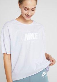 Nike Performance - DRY OVERSIZED - T-shirt print - lavender mist/white - 6