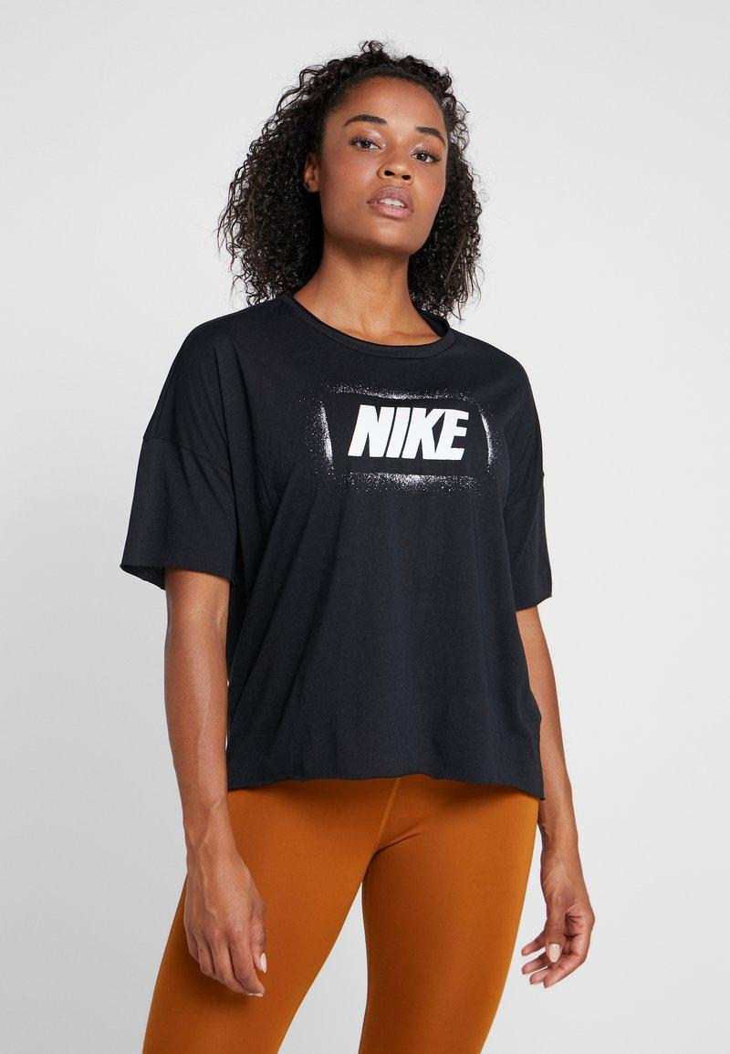 Nike Performance - DRY OVERSIZED - Print T-shirt - black/white