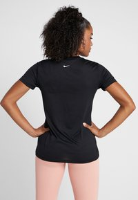 Nike Performance - DRY TEE LEG REBEL CREW - T-shirt z nadrukiem - black/white - 2