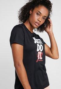 Nike Performance - DRY TEE LEG REBEL CREW - T-shirt z nadrukiem - black/white - 3