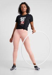 Nike Performance - DRY TEE LEG REBEL CREW - T-shirt z nadrukiem - black/white - 1