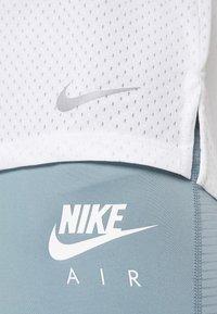 Nike Performance - MILER TANK BREATHE - Koszulka sportowa - white/reflective silver - 5