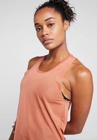 Nike Performance - MILER TANK BREATHE - Camiseta de deporte - dusty peach/reflective silver - 3
