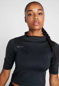 Nike Performance - AIR - T-shirts med print - black/thunder grey - 3