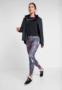 Nike Performance - TOP FEMME - T-shirt print - black/hyper pink - 1