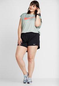 Nike Performance - REBEL PLUS - Triko spotiskem - jade horizon/bright crimson - 1