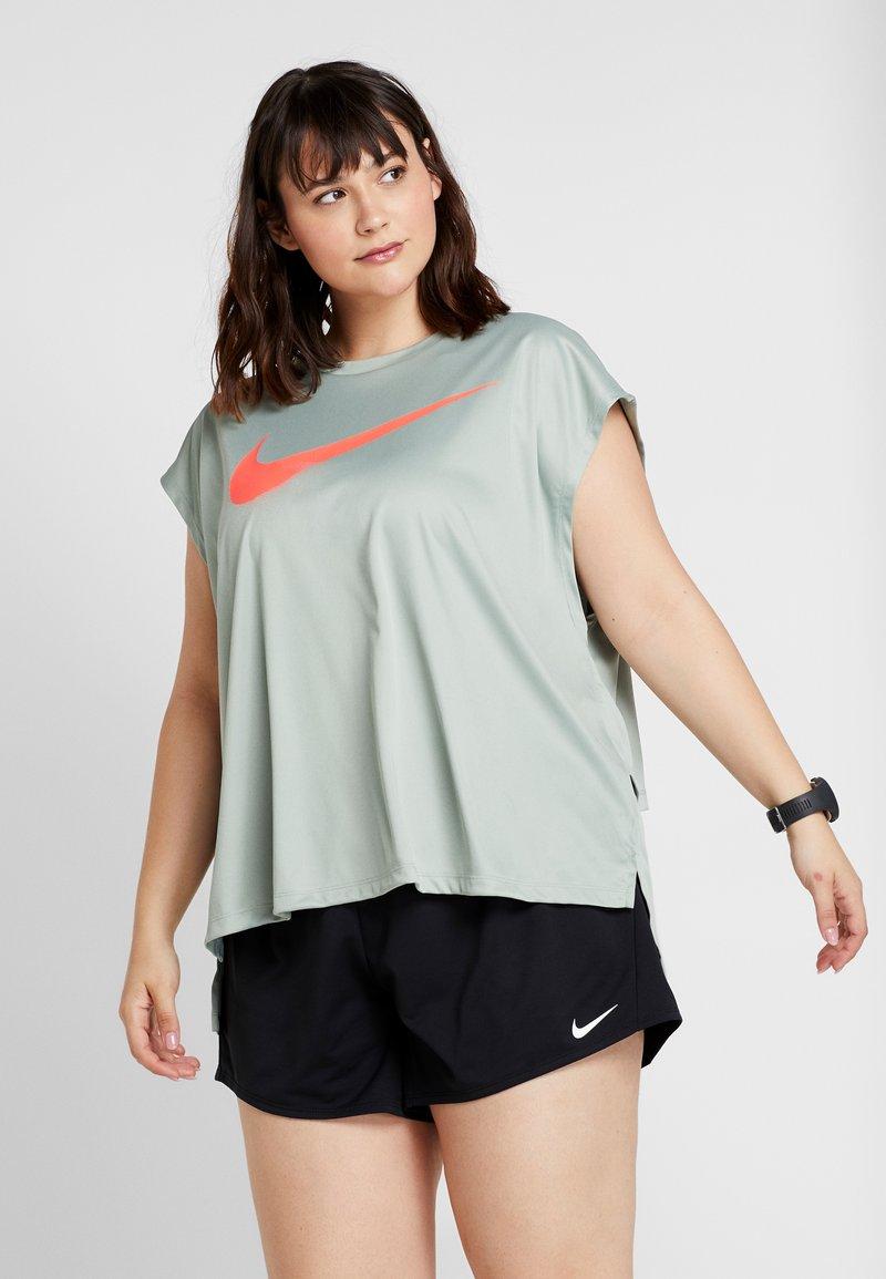 Nike Performance - REBEL PLUS - T-shirts print - jade horizon/bright crimson