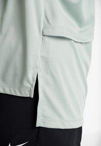 Nike Performance - REBEL PLUS - Triko spotiskem - jade horizon/bright crimson - 5