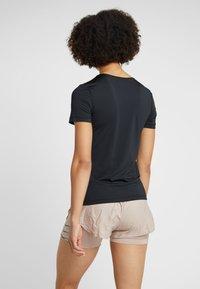 Nike Performance - T-shirt z nadrukiem - black/white - 2