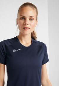 Nike Performance - DRY ACADEMY 19 - T-shirts med print - obsidian/white - 3