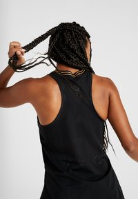 Nike Performance - TANK GLAM - Sportshirt - black/metallic gold - 5