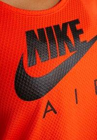 Nike Performance - AIR - T-shirt z nadrukiem - team orange/black - 6