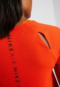 Nike Performance - AIR - T-shirt z nadrukiem - team orange/black - 4