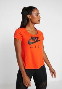 Nike Performance - AIR - T-shirt z nadrukiem - team orange/black - 0