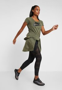 Nike Performance - AIR - T-shirt con stampa - medium olive/black - 1