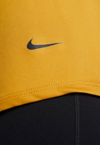 Nike Performance - DRY - T-shirt sportiva - gold suede/black - 5