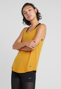 Nike Performance - DRY - T-shirt sportiva - gold suede/black - 0