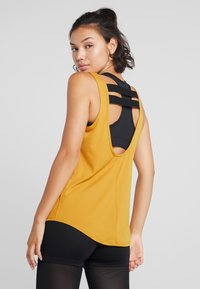 Nike Performance - DRY - T-shirt sportiva - gold suede/black - 2