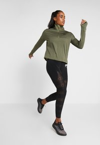Nike Performance - TOP MIDLAYER AIR - Camiseta de deporte - medium olive/black - 1