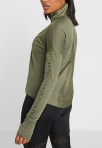 Nike Performance - TOP MIDLAYER AIR - Camiseta de deporte - medium olive/black - 4