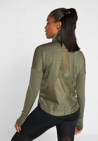 Nike Performance - TOP MIDLAYER AIR - Camiseta de deporte - medium olive/black - 2