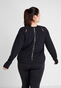 Nike Performance - AIR PLUS - Koszulka sportowa - black/white - 2