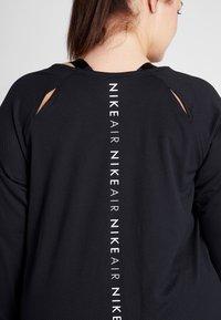 Nike Performance - AIR PLUS - Koszulka sportowa - black/white - 4