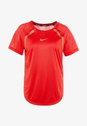 TOP GLAM - T-shirt z nadrukiem - university red/metallic gold