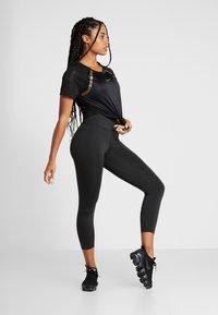 Nike Performance - TOP GLAM - Printtipaita - black/metallic gold - 1