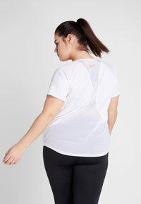 Nike Performance - TOP GLAM PLUS - Triko spotiskem - white/metallic gold - 2