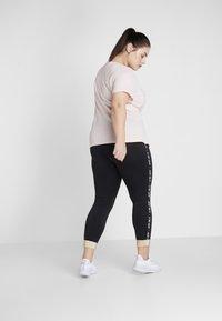 Nike Performance - PLUS - T-shirt basic - echo pink/white - 2