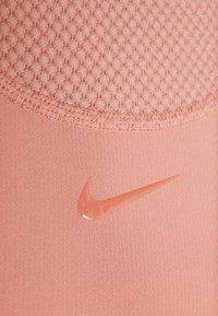 Nike Performance - WARM HOLLYWOOD - Koszulka sportowa - pink quartz/clear - 5