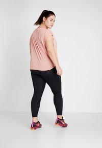 Nike Performance - DRY SIDE TIE PLUS - Triko spotiskem - pink quartz/university red - 2