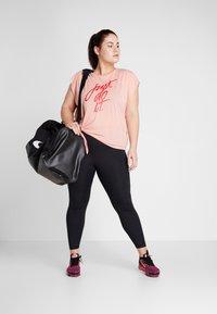 Nike Performance - DRY SIDE TIE PLUS - Triko spotiskem - pink quartz/university red - 1