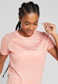 Nike Performance - DRY MILER - Printtipaita - pink quartz/metallic silver - 3