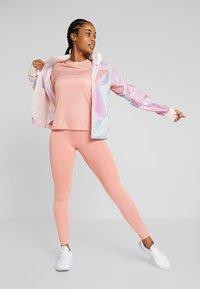 Nike Performance - DRY MILER - Printtipaita - pink quartz/metallic silver - 1