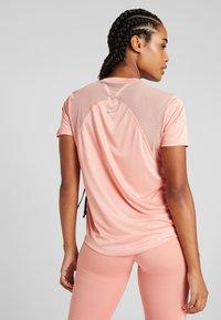 Nike Performance - DRY MILER - Printtipaita - pink quartz/metallic silver - 2