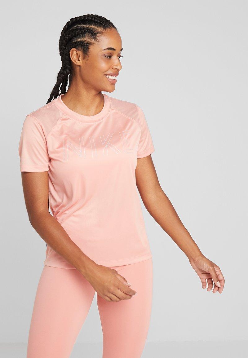 Nike Performance - DRY MILER - Printtipaita - pink quartz/metallic silver