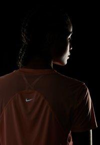 Nike Performance - DRY MILER - Printtipaita - pink quartz/metallic silver - 4