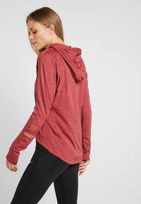 Nike Performance - GLAM MIDLAYER - Camiseta de deporte - cedar/metallic gold - 2