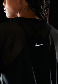 Nike Performance - DRY MILER  - T-shirt sportiva - black/metallic silver - 5