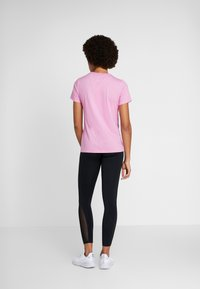 Nike Performance - DRY TEE CREW - Triko spotiskem - magic flamingo - 2