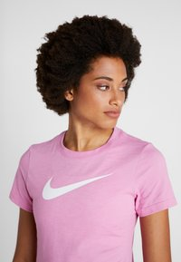 Nike Performance - DRY TEE CREW - Triko spotiskem - magic flamingo - 3