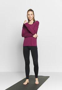 Nike Performance - YOGA LAYER  - Treningsskjorter - villain red/shadowberry - 1