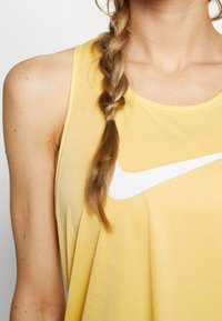 Nike Performance - TANK RUN - Camiseta de deporte - topaz gold/reflective silver - 4