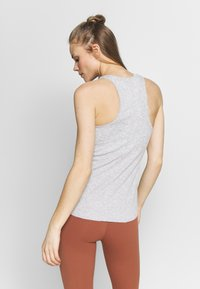 Nike Performance - W NK YOGA LUXE RIB TANK - Débardeur - grey heather/platinum tint - 2