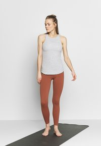 Nike Performance - W NK YOGA LUXE RIB TANK - Débardeur - grey heather/platinum tint - 1